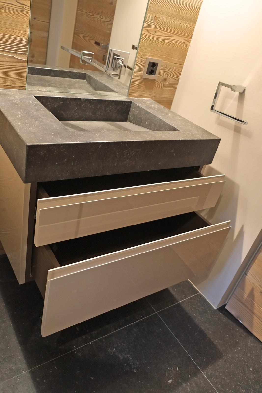 Meuble suspendu avec tiroirs entre-ouverts